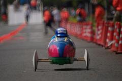レース中の和田選手、靴のカラーリングされたボディーが特徴的